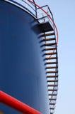 Réservoir industriel bleu avec l'échelle Image libre de droits