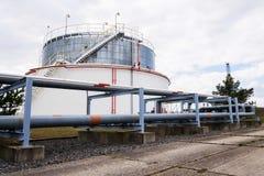 Réservoir liquide et liquide de gaz ou de stockage d'huile, support, conteneur, fond dramatique de ciel photographie stock libre de droits