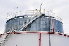 Réservoir liquide et liquide de gaz ou de stockage d'huile, support, conteneur, fond dramatique de ciel image libre de droits