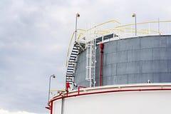 Réservoir liquide et liquide de gaz ou de stockage d'huile, support, conteneur, fond dramatique de ciel photos libres de droits