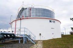 Réservoir liquide et liquide de gaz ou de stockage d'huile, support, conteneur, fond dramatique de ciel photographie stock