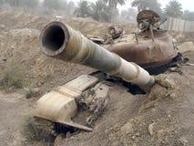 Réservoir militaire de véhicule d'armée sur des voies avec le baril après guerre victorieuse images stock