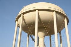 réservoir proche de ville vers le haut de l'eau Image stock