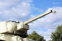 Réservoir russe avec les roses blanches dans l'arme à feu Photos stock