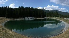 Réservoir sous des montagnes Images libres de droits