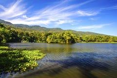 Réservoir sous le ciel bleu avec un contexte de montagne Images stock