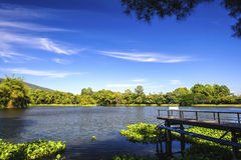 Réservoir sous le ciel bleu avec un contexte de montagne Photos stock