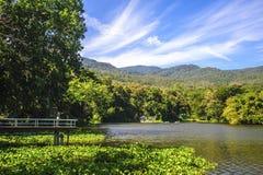 Réservoir sous le ciel bleu avec un contexte de montagne Photos libres de droits