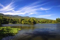 Réservoir sous le ciel bleu avec un contexte de montagne Image stock