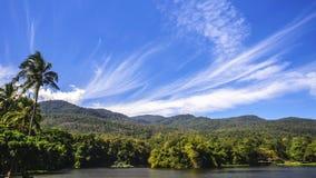 Réservoir sous le ciel bleu avec un contexte de montagne Photographie stock libre de droits