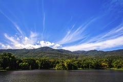 Réservoir sous le ciel bleu avec un contexte de montagne Image libre de droits