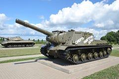 Réservoir soviétique ISU-152 sur le champ de Prokhorovka après la bataille o de réservoir Photographie stock libre de droits
