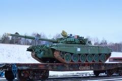 Réservoir T-72B3 sur la plate-forme de train Image stock
