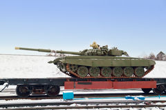 Réservoir T-72B3 sur la plate-forme de train Photos stock