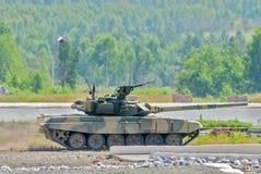 Réservoir T-80s dans le mouvement Photographie stock