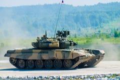 Réservoir T-80s dans le mouvement Photos libres de droits
