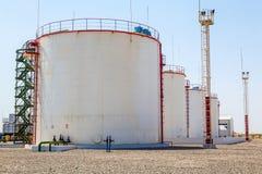 Réservoirs énormes de stockage d'huile Photographie stock libre de droits