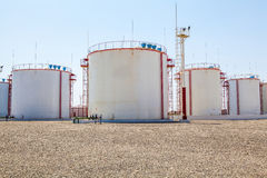 Réservoirs énormes de stockage d'huile Photos libres de droits
