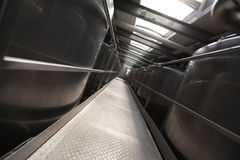Réservoirs argentés de processus à l'usine moderne Images stock