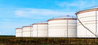 Réservoirs blancs dans la ferme de réservoir avec le ciel bleu image stock