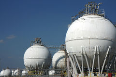 Réservoirs blancs de grande raffinerie de pétrole brut image libre de droits