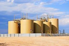 Réservoirs bruts de stockage d'huile dans le Colorado central, Etats-Unis photographie stock