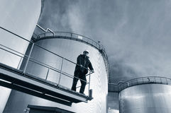 Réservoirs d'huile et ingénieur Image libre de droits