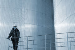 Réservoirs d'huile et ingénieur images stock