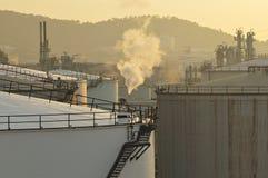 Réservoirs d'huile paraffinée dans le matin Image libre de droits