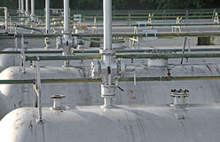réservoirs dans le stockage des matériaux inflammables du pl industriel Images stock