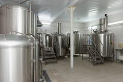 Réservoirs de brassage de la bière, brasserie de petite capacité image stock