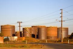 Réservoirs de carburant en vrac dans une zone industrielle Image libre de droits