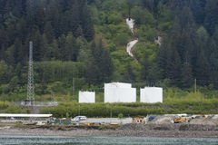 Réservoirs de carburant et lignes électriques en Alaska Photos stock