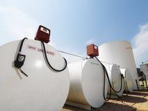 Réservoirs de carburant et pompes. Photo libre de droits