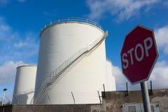 Réservoirs de carburant et signe de route '' arrêt '' Image stock