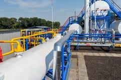 Réservoirs de carburant et tuyaux de gaz blancs de couleur Photos stock