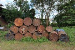 Réservoirs de carburant rouillés en métal empilés Images stock