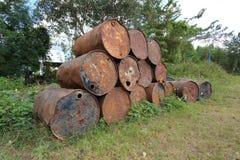 Réservoirs de carburant rouillés en métal empilés Image libre de droits