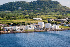 Réservoirs de carburant sur la côte de St Kitts Image stock