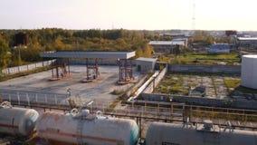Réservoirs de carburant sur une basse cour de prairie barre Vieille ferme de réservoir Concept d'industrie de carburant images libres de droits