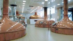 Réservoirs de cuivre installés dans une unité de brassage banque de vidéos