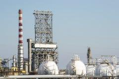 Réservoirs de distillerie d'essence et de gaz naturel photos stock