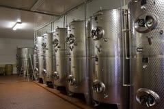 Réservoirs de fermentaion de vin photos libres de droits