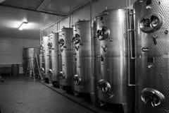Réservoirs de fermentaion de vin photos stock