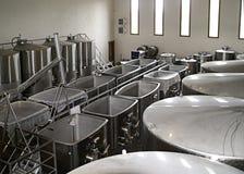 Réservoirs de fermentation dans un établissement vinicole de Napa Photos stock