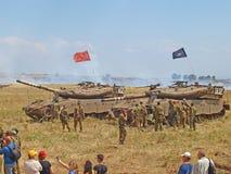 Réservoirs de Merkava et soldats israéliens dans les forces blindées s'exerçantes Photographie stock libre de droits