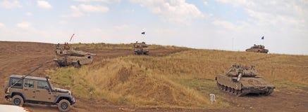 Réservoirs de Merkava et soldats israéliens dans les forces blindées s'exerçantes Photos libres de droits
