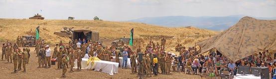 Réservoirs de Merkava et soldats israéliens dans les forces blindées s'exerçantes Image stock