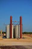 Réservoirs de pétrole brut image stock