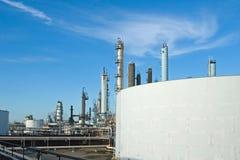 Réservoirs de raffinerie de pétrole Image libre de droits